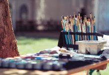 Pintura al aire libre en la plaza Gabriel Miró de Alicante